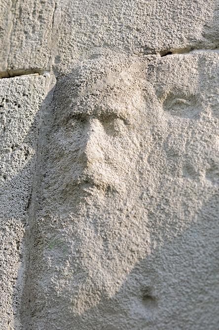 Monument Aux victimes des révolutions, mur des fusillés, avenu