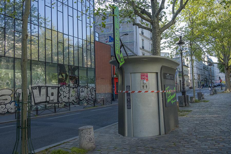 13 avril 2020, 17h39. Canal Saint-Martin, les toilettes publique