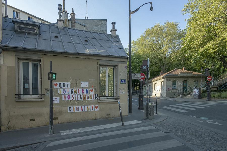 13 avril 2020, 17h41. Canal Saint-Martin, rue de Lancry. Qui soi
