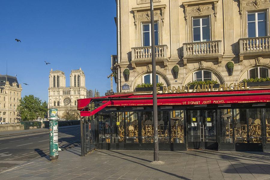 15 avril 2020, 17h59. Place Saint-Michel, café fermé, chantier