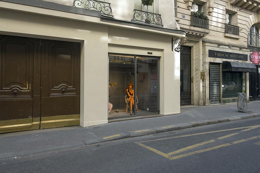 26 avril, 16h15. Rue Saint-Honoré, en vitrine un mannequin rest