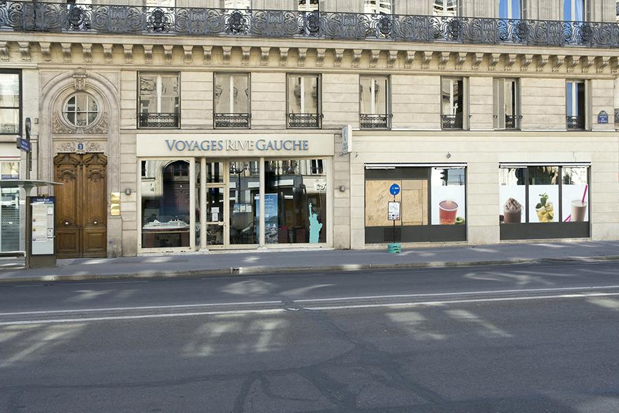 26 avril, 16h22. Avenue de l'Opéra, vitrine obturée, lumièr