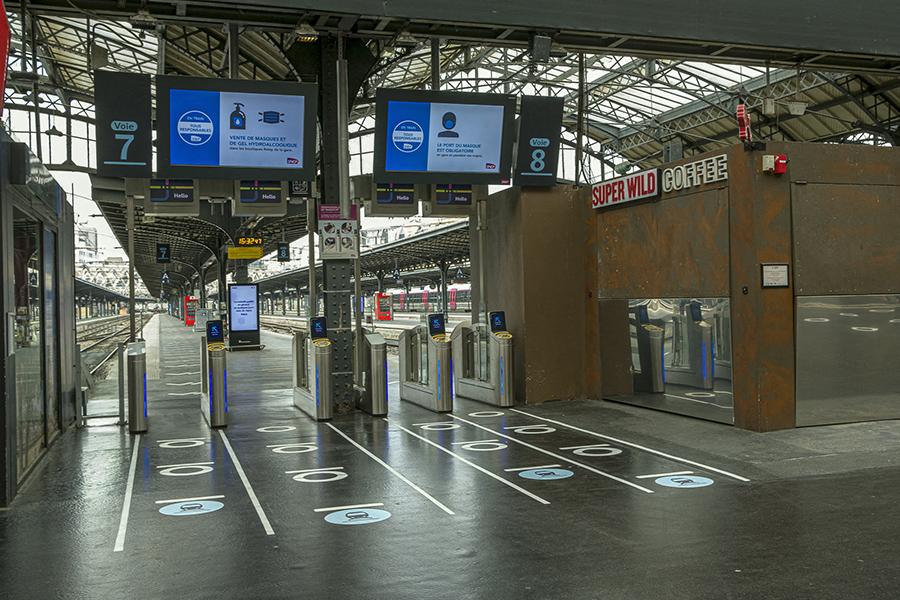 9 mai 2020,  16h32. Gare de l'Est, marqueurs de distanciation