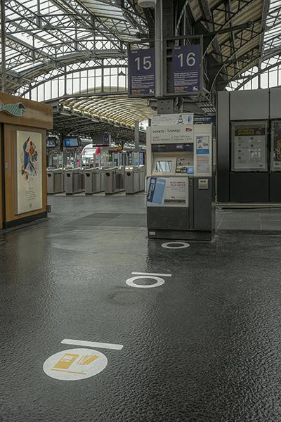 9 mai 2020,  15h45. Gare de l'Est, marqueurs de distanciation
