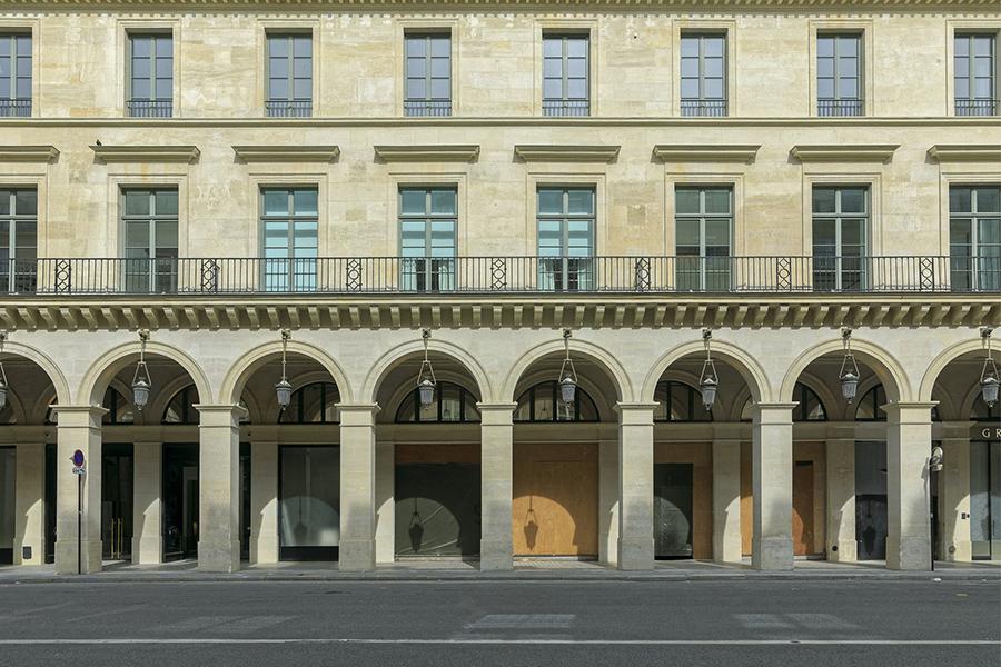 8 mai 2020, 9h40. Rue de Castiglione, magasins fermés, vitrines